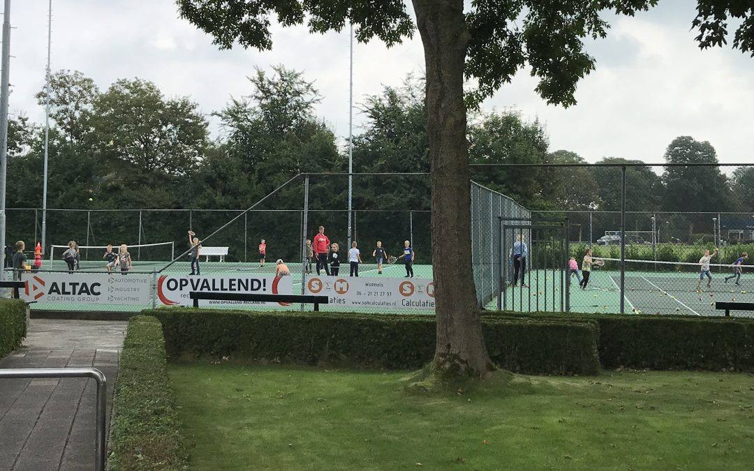 Schooltennis op de tennisbanen